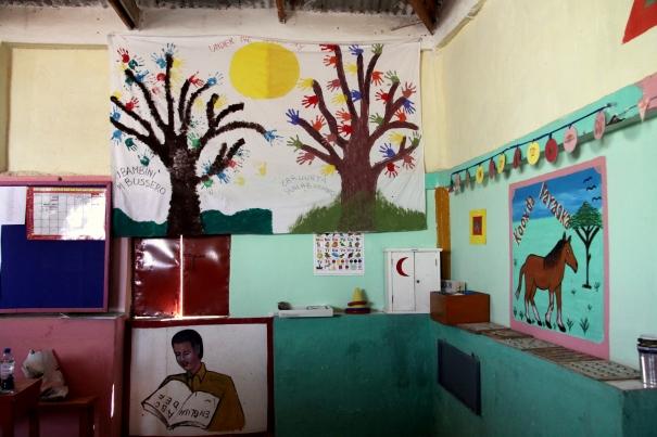 Il lenzuolo dipinto dai bambini di entrambi i paesi, appeso alla scuola di Halabooqad, Galkayo
